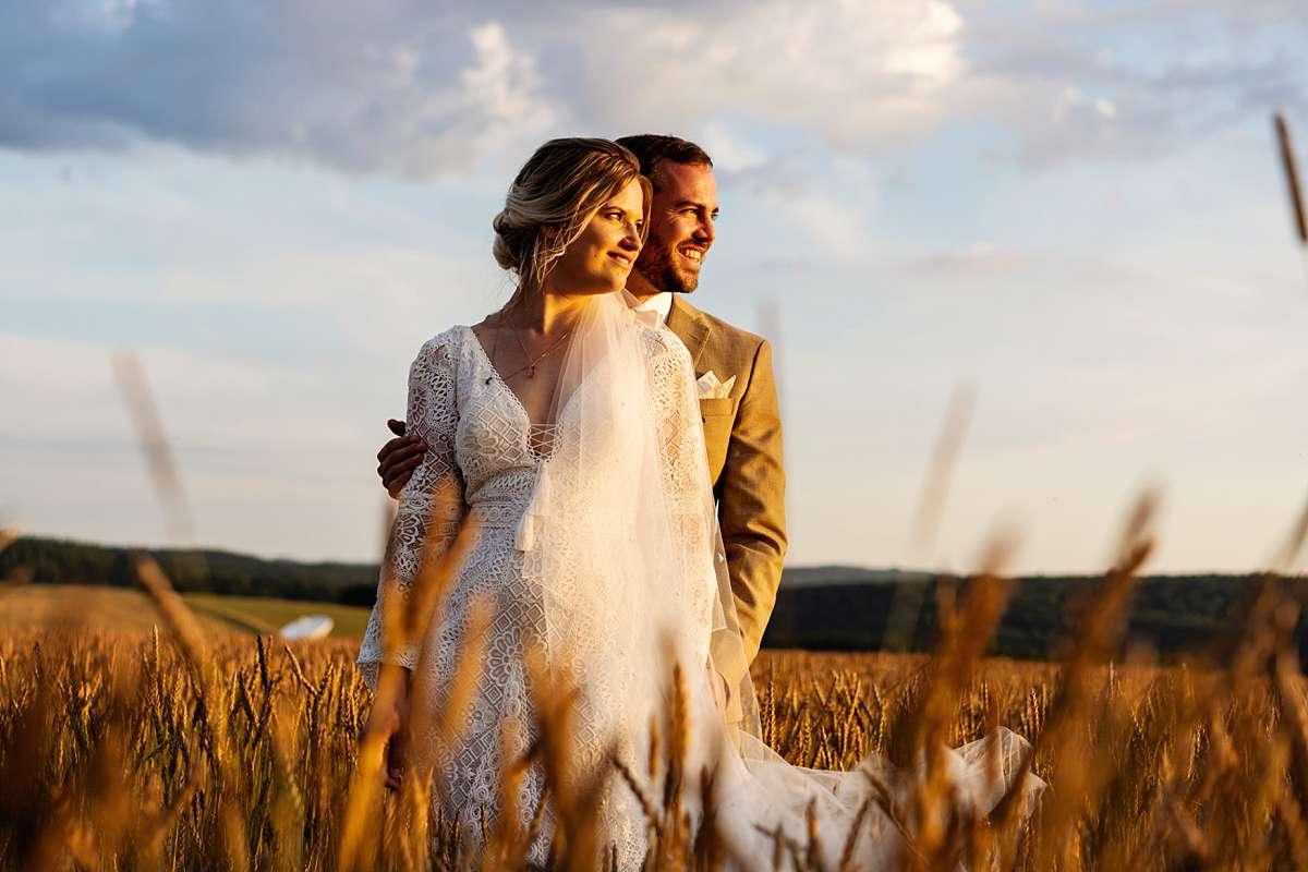 fotoshoot zonsondergang, fotosessie zonsondergang, sunset photoshoot, internationale bruiloft, fotoshoot bruidspaar, bruidspaar bij zonsondergang, zonsondergang ardennen, trouwen in de ardennen, trouwfotograaf, bruidsfotograaf