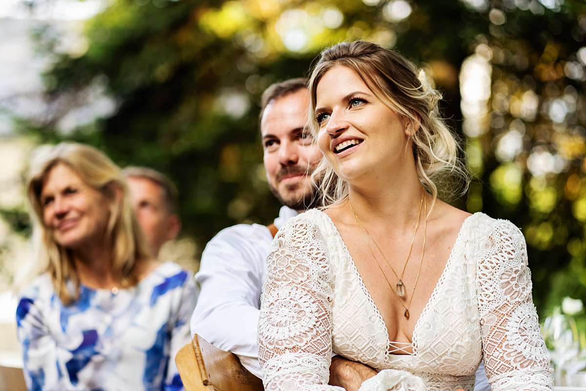 trouwen in de ardennen, table setting, bruiloft diner, speech bruiloft, toespraak bruiloft, lachend bruidspaar, trouwdiner, tafeldecoratie, tafelsetting, tafeldecoratie, trouwen ardennen, bruidsfotograaf ardennen