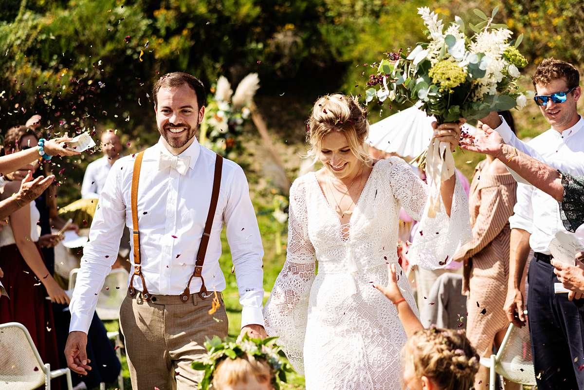 trouwen ardennen, trouwen sechery, trouwceremonie buiten, internationale bruiloft, lachend bruidspaar, echte momenten, grappige bruidsfoto, buiten trouwen, confetti bruiloft, journalistieke foto, bruidsfotograaf ardennen, bruidsfotograaf belgie, trouwfotograaf belgie