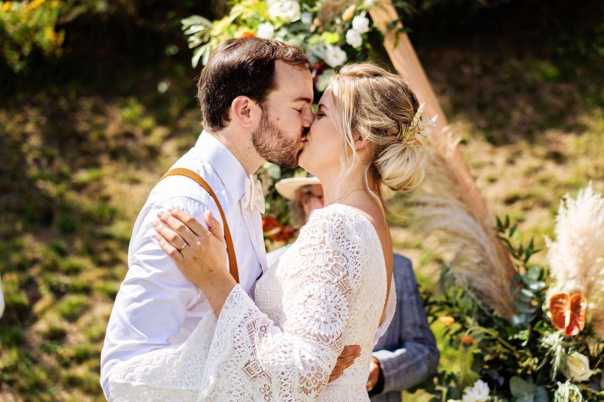 trouwen ardennen, trouwen sechery, trouwceremonie buiten, internationale bruiloft, lachend bruidspaar, echte momenten, grappige bruidsfoto, buiten trouwen, eerste kus bruiloft, journalistieke foto, bruidsfotograaf ardennen, bruidsfotograaf belgie, trouwfotograaf belgie