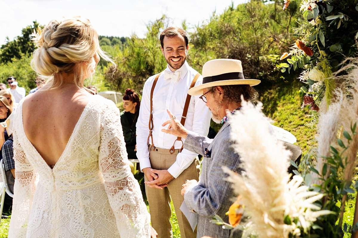 trouwen ardennen, trouwen sechery, trouwceremonie buiten, internationale bruiloft, lachend bruidspaar, echte momenten, grappige bruidsfoto, buiten trouwen, journalistieke foto, bruidsfotograaf ardennen, bruidsfotograaf belgie, trouwfotograaf belgie
