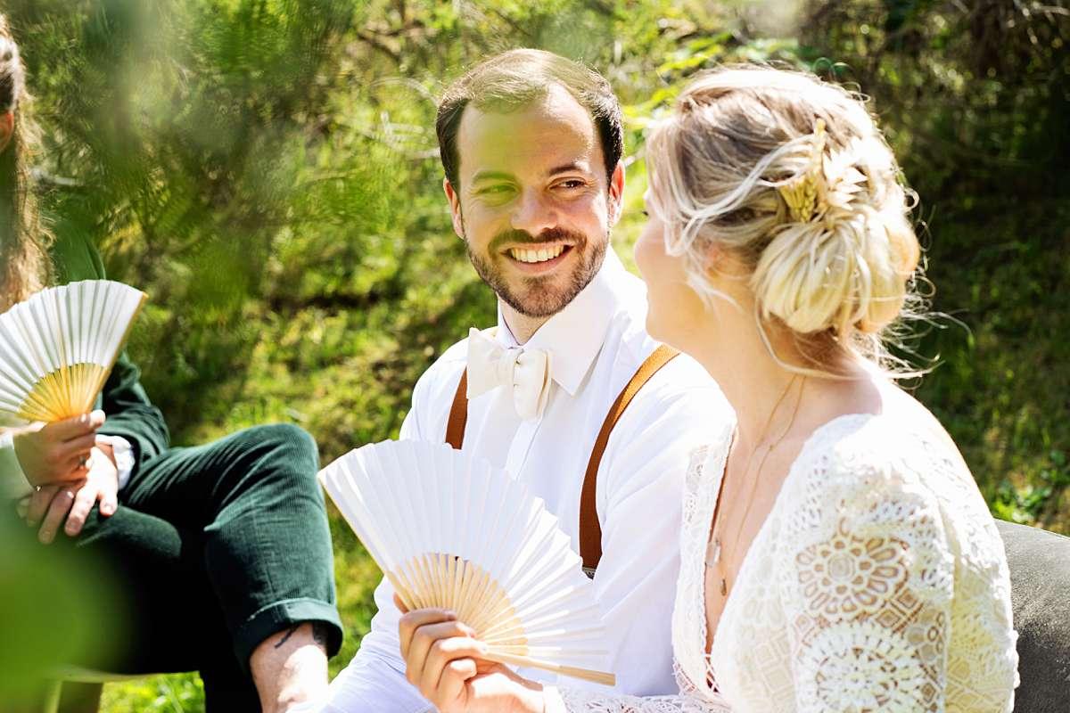 trouwen ardennen, trouwen sechery, trouwceremonie buiten, internationale bruiloft, lachend bruidspaar, echte momenten, grappige bruidsfoto. buiten trouwen, journalistieke foto