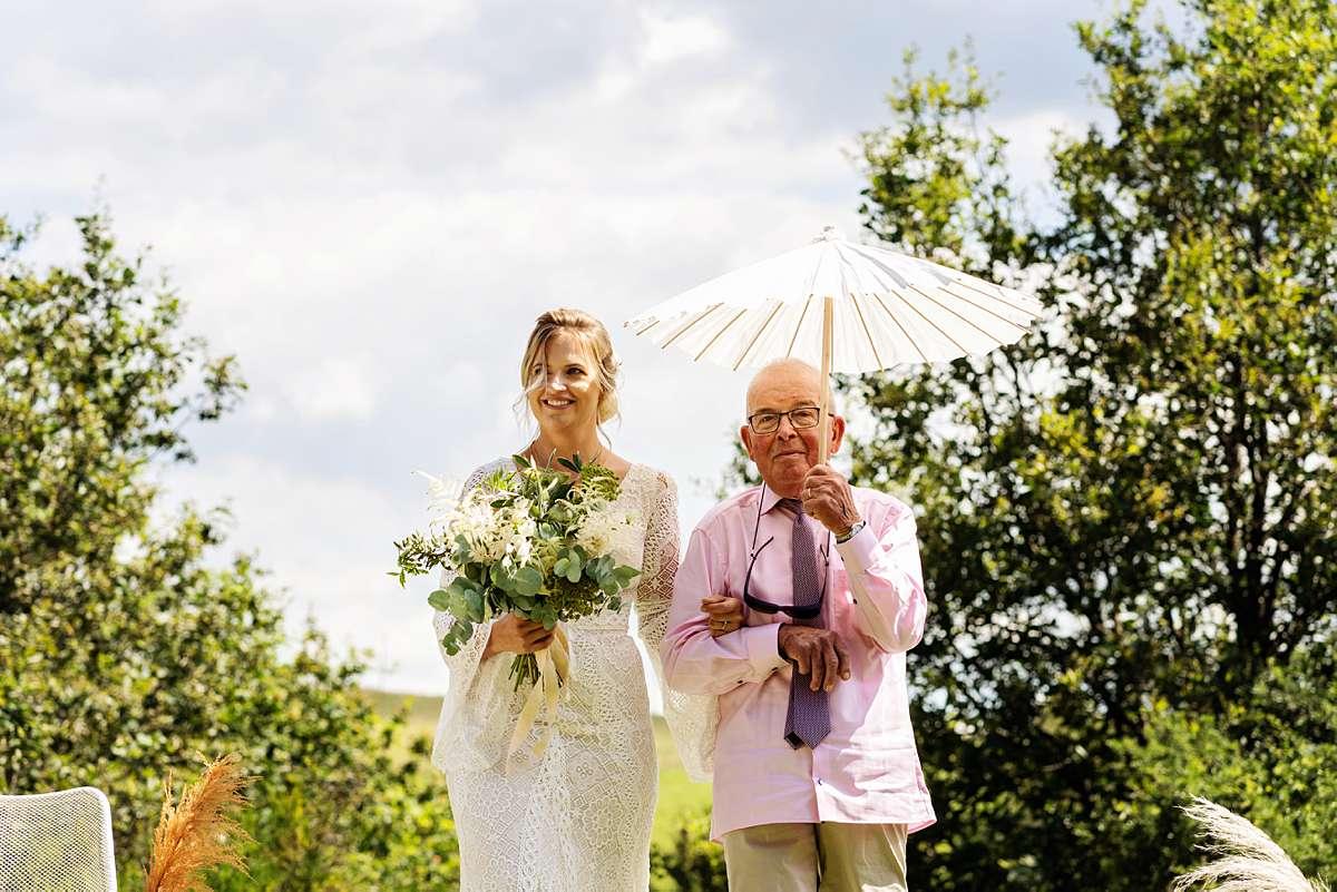 trouwen ardennen, trouwen sechery, trouwceremonie buiten, internationale bruiloft, weggeven bruid door vader, vader van de bruid, buiten trouwen, journalistieke foto, echte momenten