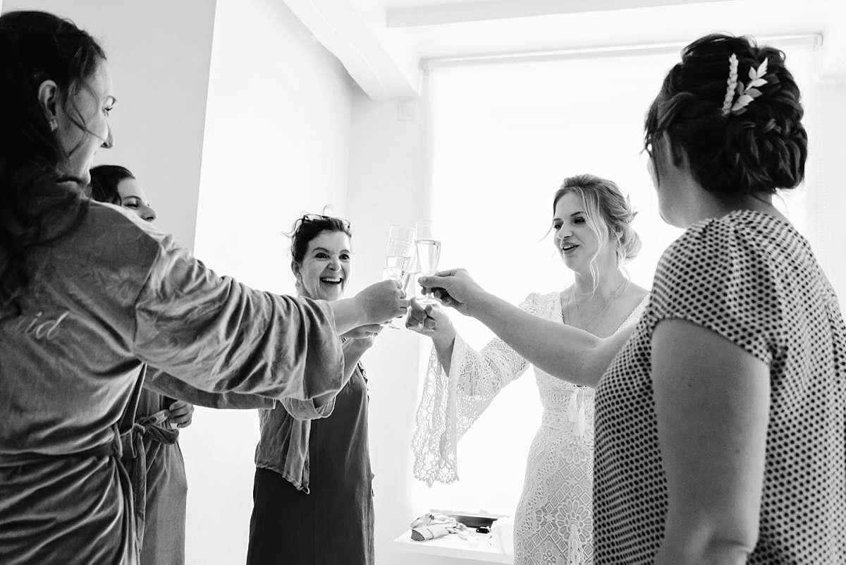Bruiloft ardennen, trouwen voorbereidingen, bruiloft klaarmaken, trouwjurk aantrekken, proosten, bruiloft aankleden, bruiloft voorbereidingen, trouwfotograaf belgie, fotograaf trouw belgie, bruidsfotograaf ardennen