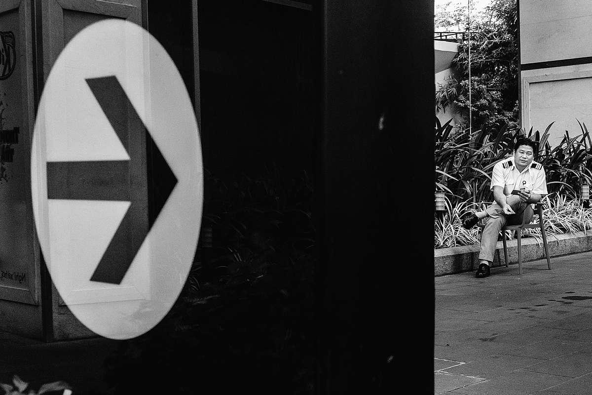 RUUDC Fotografie, reisfotograaf, straatbeeld in Ho Chi Minh, bewaker, zwart-wit