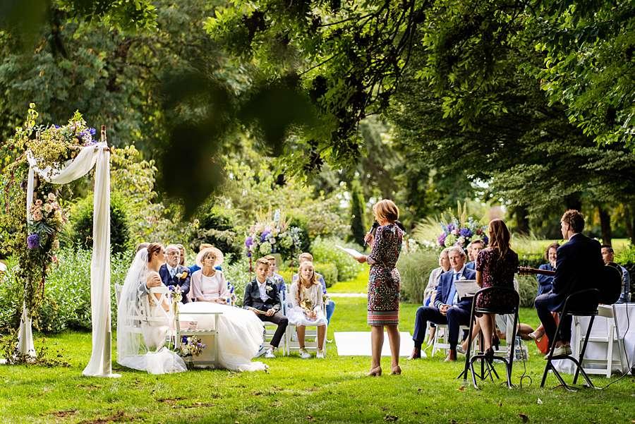 RUUDC Fotografie, bruidsfotograaf Limburg, fotograaf Limburg, trouwfotograaf maastricht, fotograaf kasteel hoogenweerth, buiten trouwen, trouwceremonie buiten, trouwen kasteel hoogenweerth, trouwen in limburg, beste trouwfotograaf limburg, zomerbruiloft, trouwen corona
